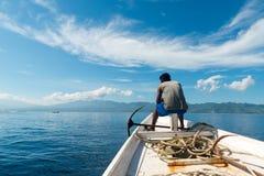 小船的渔夫 免版税库存照片