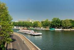 小船的游人在巴黎 免版税库存照片