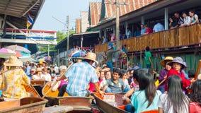 小船的游人在Damnoen Saduak浮动市场上 免版税库存照片