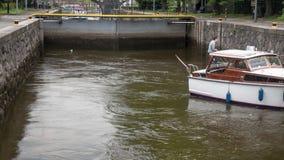 从小船的看法在移动通过锁的巡航的小水运河,布拉格,捷克 股票录像
