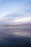 从小船的美好的风景 云彩和镇静湖 雾和co 库存照片