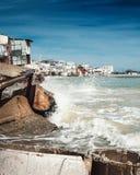 小船的被毁坏的车库在海的浪潮期间 库存图片
