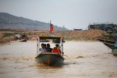小船的访客对sightiseeing Tonle Sap湖 库存图片