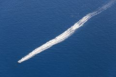 小船的踪影在水的 免版税库存照片