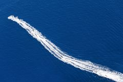小船的踪影在水的 库存图片