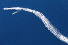小船的踪影在水的 图库摄影