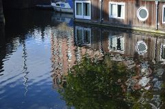 从小船的阿姆斯特丹建筑学 图库摄影