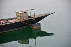 小船的零件在河股票照片停放了 库存照片