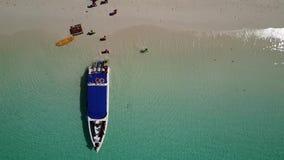 小船的鸟瞰图下船一个美丽的海滩的游人 股票视频