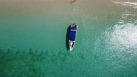 小船的鸟瞰图下船一个美丽的海滩的游人 股票录像