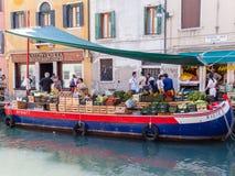 小船的水果和蔬菜卖主 免版税库存图片