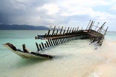 小船的击毁在海滩的 免版税库存图片