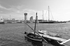 小船的B&W图象在Barcelona's游艇港口,巴塞罗那,卡塔龙尼亚,西班牙 库存照片
