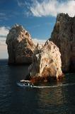 小船盘旋的岩石浏览 库存照片
