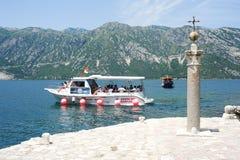 小船相接的游人在岩石的夫人海岛上  库存图片