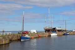 小船看法在Tay峡湾的Tayport港口在大浪,鼓笛,苏格兰停泊了 其他游艇在码头区o 库存照片