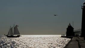 小船码头风帆剪影 免版税库存图片
