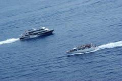 小船碰撞航向w 库存图片