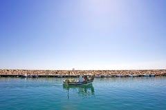 小船离开端口小的西班牙的duquesa捕鱼 库存照片