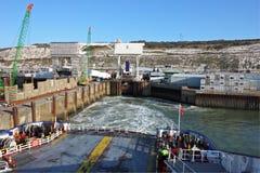 小船离开端口的多弗轮渡 库存照片