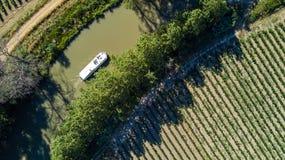 小船空中顶视图在从上面米迪运河,旅行干涉南法国 库存图片