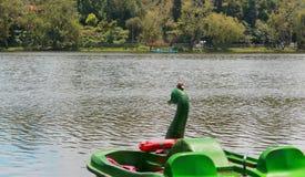 小船等待的游人在船库附近的kodaikanal湖 免版税库存照片
