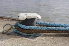 小船系船柱和绳索 免版税库存照片
