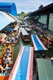 小船繁忙的运送的人民在Damoen Saduak浮动市场上 免版税库存图片