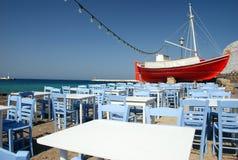 小船红色海岛的mykonos 库存照片