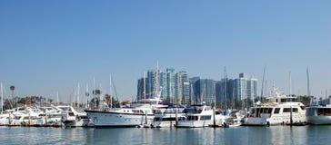 小船线在港口的 免版税库存照片