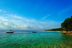 小船美丽如画的场面在Zlatni鼠海滩的在Brac海岛,克罗地亚上 免版税库存照片