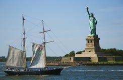 小船自由雕象 免版税库存图片