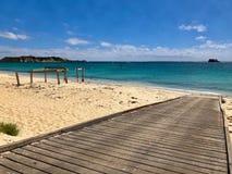 小船舷梯,在哈默尔恩海湾海滩,澳大利亚的老跳船 库存照片