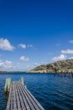 小船船坞和峭壁在背景中 免版税库存照片