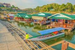 小船船坞和手段在Songgaria十字架河步行跨接Sangkh 免版税库存照片