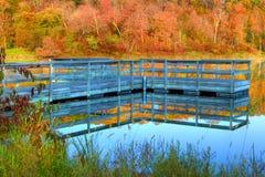 小船船坞和秋天颜色的高力学范围 免版税库存照片