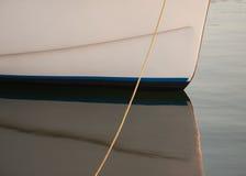 小船船身和反射 免版税库存图片