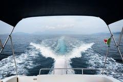 小船苏醒和引擎在海 库存照片