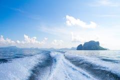 小船苏醒在蓝色海洋海运的支柱洗涤 库存图片