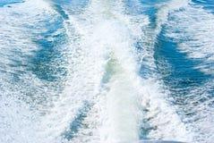 小船苏醒水动荡和马达波浪 免版税图库摄影