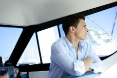 小船英俊的内部人游艇年轻人 库存图片