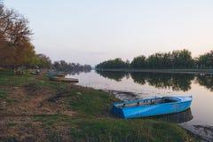 小船被停泊了到河的河岸 库存照片
