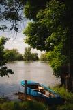 小船被停泊了到河的河岸 图库摄影