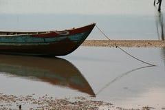 小船被停泊了在一条河的边缘在一个渔夫的村庄附近的在越南 免版税图库摄影
