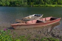 小船被停泊到河岸 库存图片