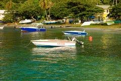 小船被停泊在伊莉莎白港, bequia 免版税库存图片