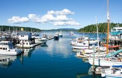 小船被停泊在小游艇船坞在星期五港口 免版税库存图片