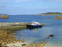 小船被停泊在海岛跳船 免版税图库摄影