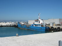 小船被停泊在罗本岛开普敦 库存图片