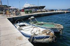 小船被停泊在船坞在罗维尼 图库摄影